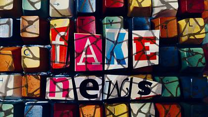 Bunte Tastatur mit der Aufschrift Fake News - Foto: iStock / clu