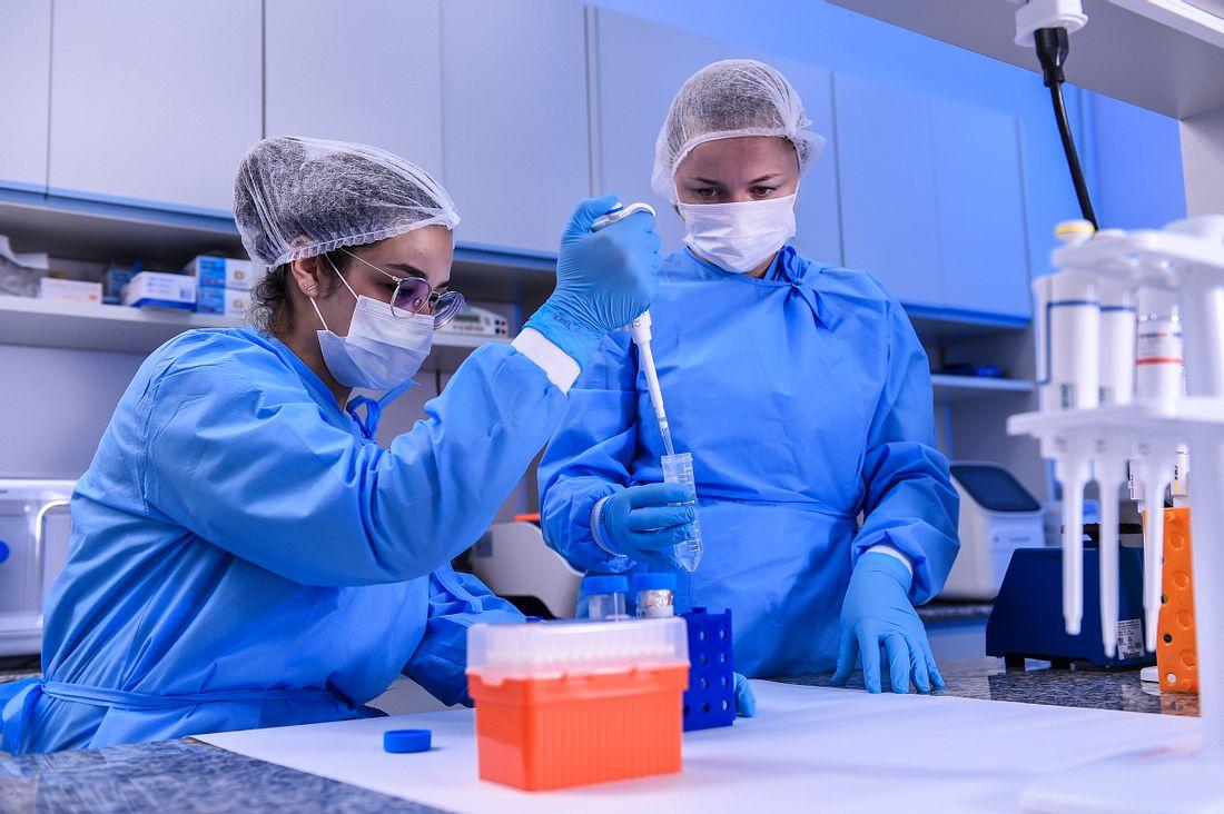 Zwei Medizinerinnen im Labor
