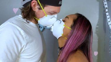 Pärchen mit Munschutz küsst sich - Foto: Vice UK