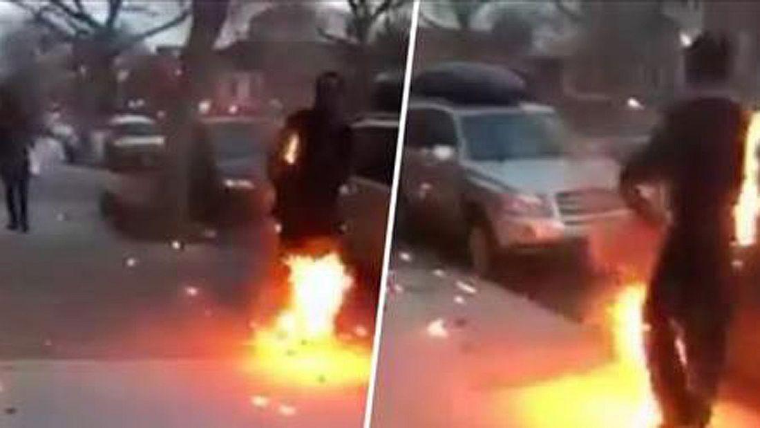 Ein Crack-Junkie steht in Flammen und spaziert durch New York