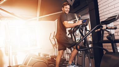 Mann trainiert auf Crosstrainer - Foto: iStock/vadimguzhva
