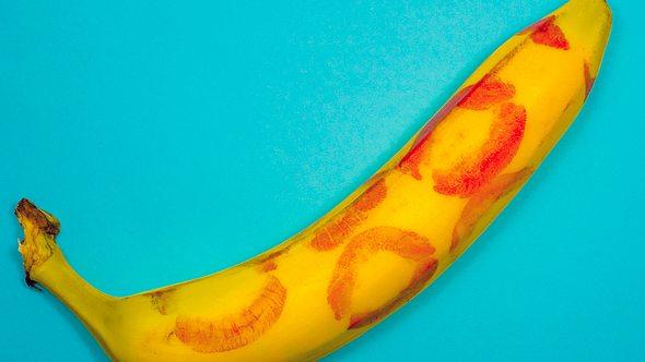Banane mit Lippenstiftabdrücken - Foto: iStock / Adil Abdrakhmanov