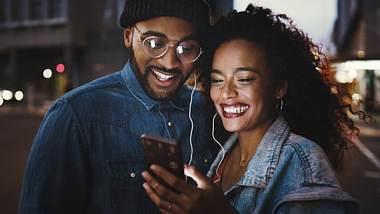 Paar hört gemeinsam Musik - Foto: iStock / Delmaine Donson