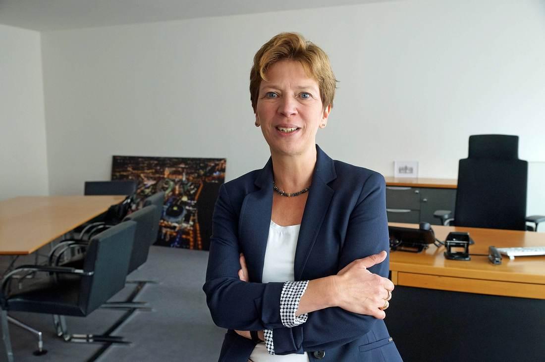 Weibliche Führungskraft vor ihrem Schreibtisch