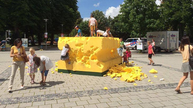 Kinder zerstören Kunstwerk – Eltern schauen zu