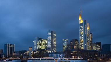 Dunkle Wolken über Frankfurt/Main - Foto: iStock / IMAGINARIUS