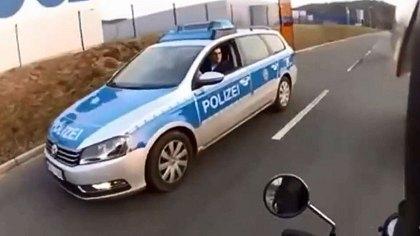 Deutsche Polizei belehrt Biker-Rowdies, dann kommt ein US Police Officer