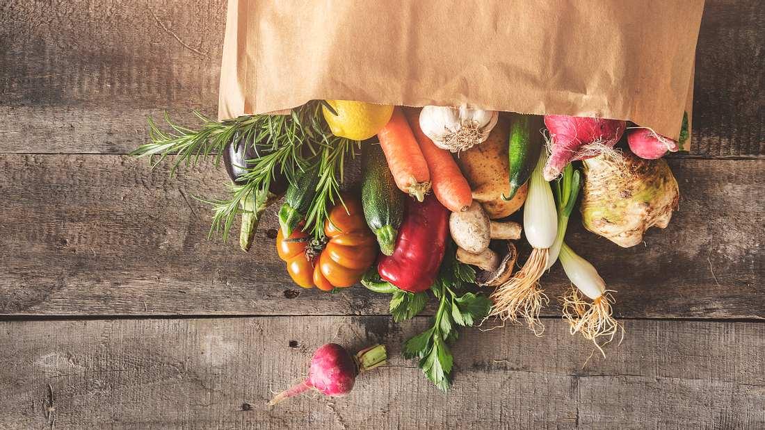 Frisches Gemüse in einer Einkaufstüte