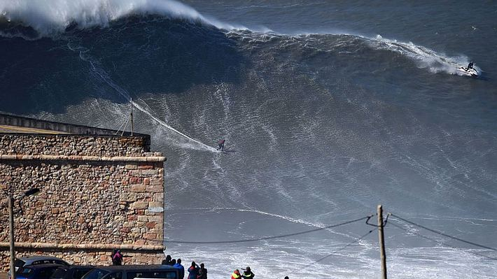 Riesige Brandungswelle vor Nazaré. - Foto: Getty Images/FRANCISCO LEONG