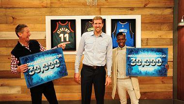 Detlef Schrempf und Dennis Schröder gratulieren Dirk Nowitzki zum Meilenstein 30.000 Punkte - Foto: NBA