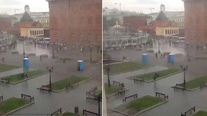 Dixi Klos jagen Passanten durch die Straßen Moskaus - Foto: Twitter / Bryan MacDonald