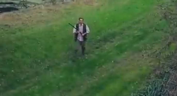 Ein bewaffneter Hausbesitzer schießt auf eine Drohne
