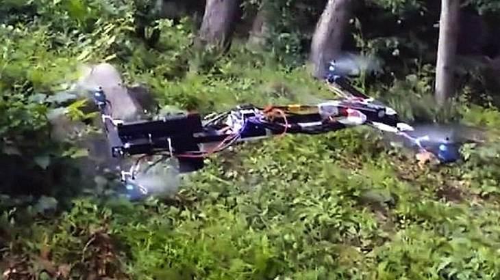 Dieser Mann hat eine Waffe auf seine Drohne montiert