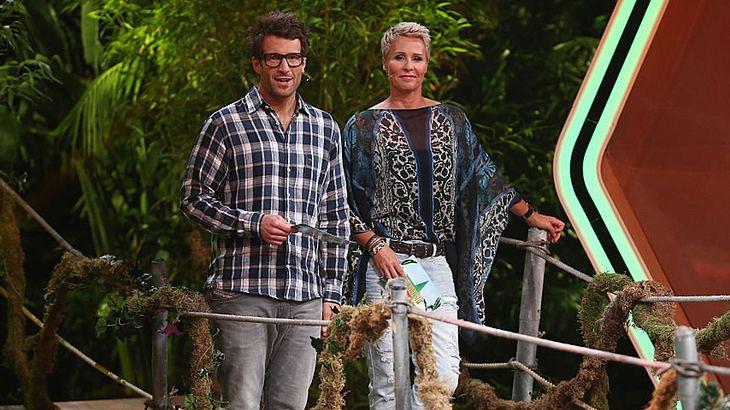 Daniuel hartwich und Sonja Zietlow begrüßen zwei weitere Dschungelcamp-2019-Kandidatinnen.