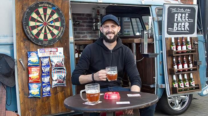 Cheers: Dieser Typ hat seinen Van zur Bar umgebaut