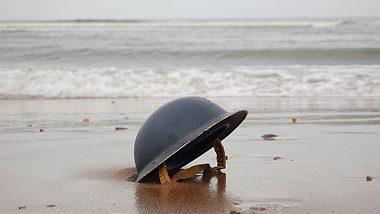 Soldatenhelm am Strand von Dünkirchen - Foto: iStock/Johncairns