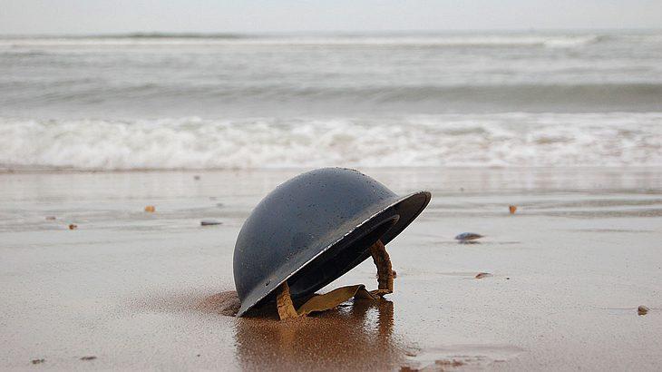 Soldatenhelm am Strand von Dünkirchen