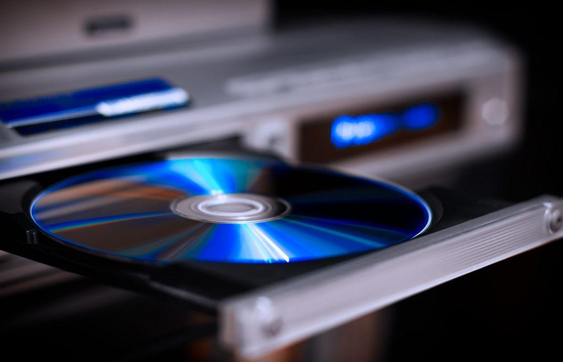 DVD wird in ein DVD-Player eingeschoben.