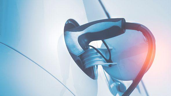 E-Auto beim Laden - Foto: iStock / deepblue4you