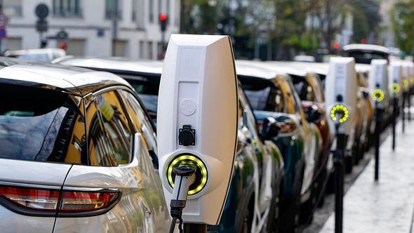 Elektroautos bei der Aufladung - Foto: iStock / Tramino