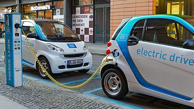 Elektroautos an Ladestation - Foto: iStock / delectus