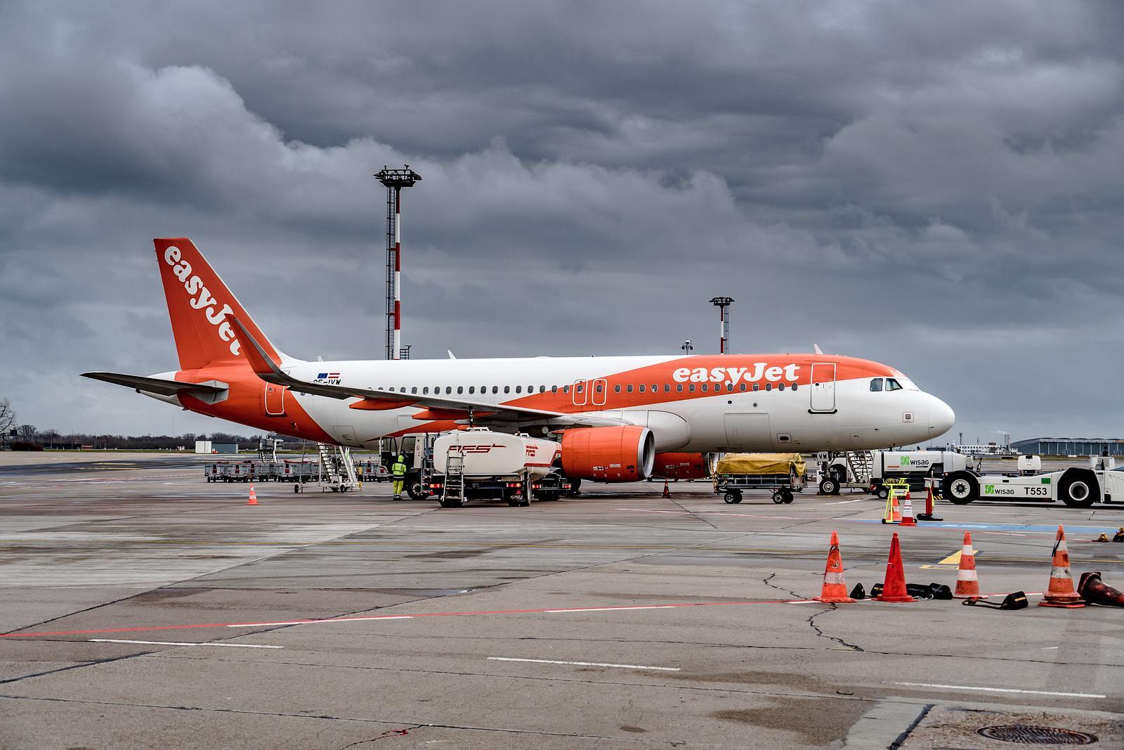 Flugpassagier droht Crew zu töten und beginnt sein Handy zu essen