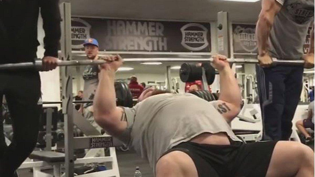 Menschlicher Hulk Eddie Hall stemmt Mal eben zwei Männer in die Luft