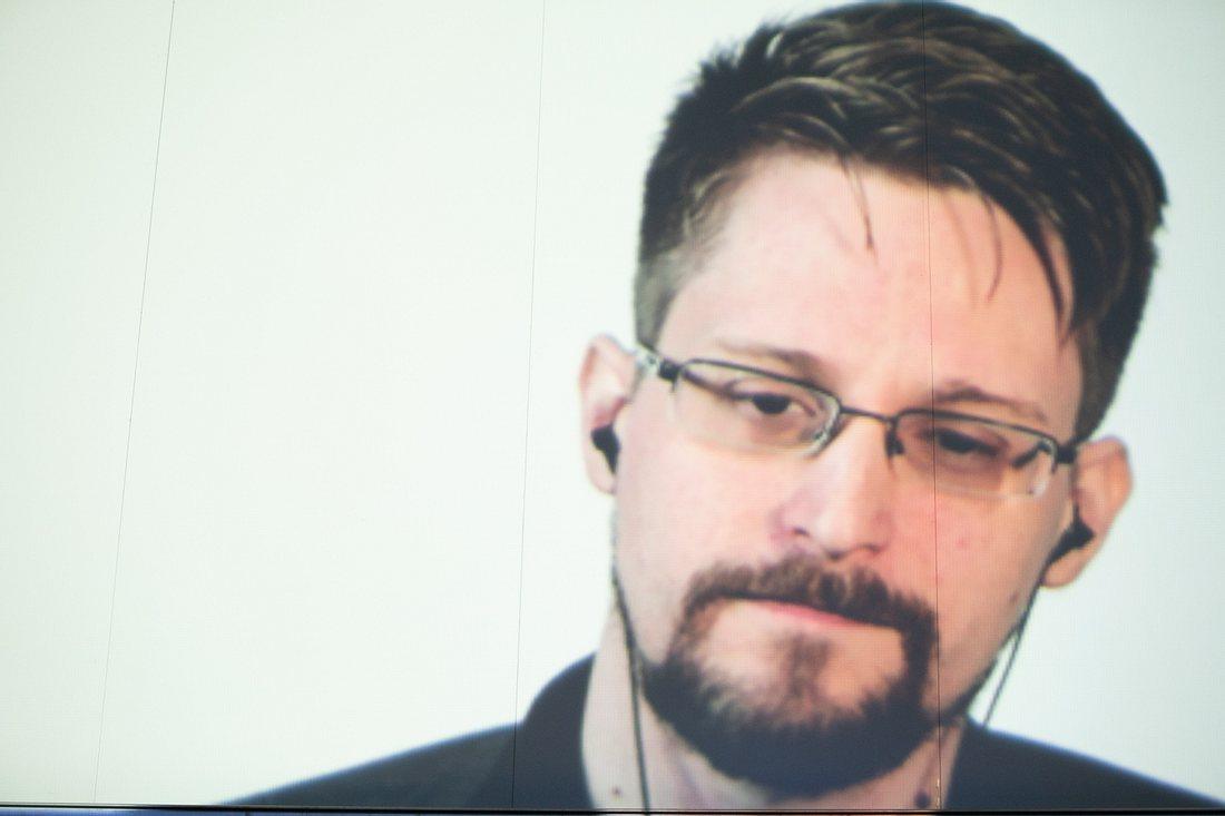 Edward Snowden mit Kopfhörern im Ohr