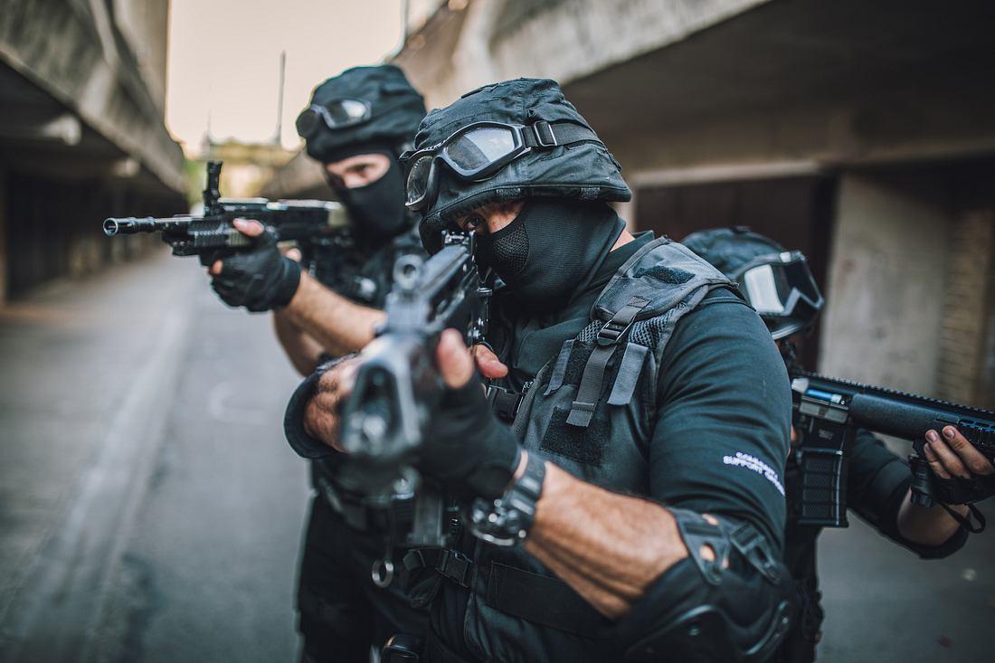 Soldaten mit Gewehren