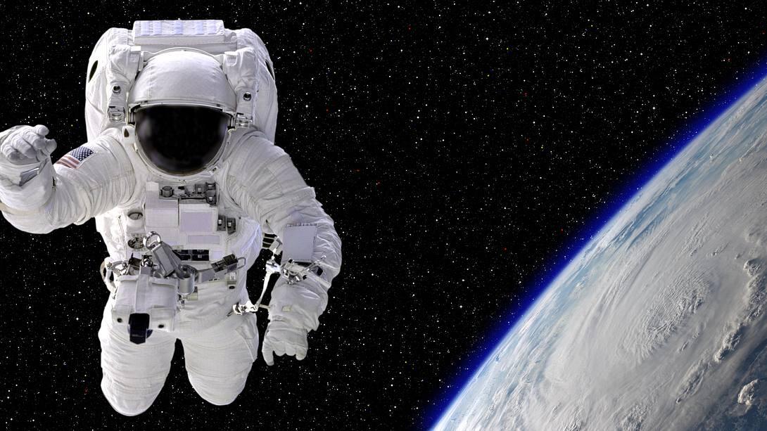 Einmal frei durchs Weltall schweben - Foto: iStock / inhauscreative