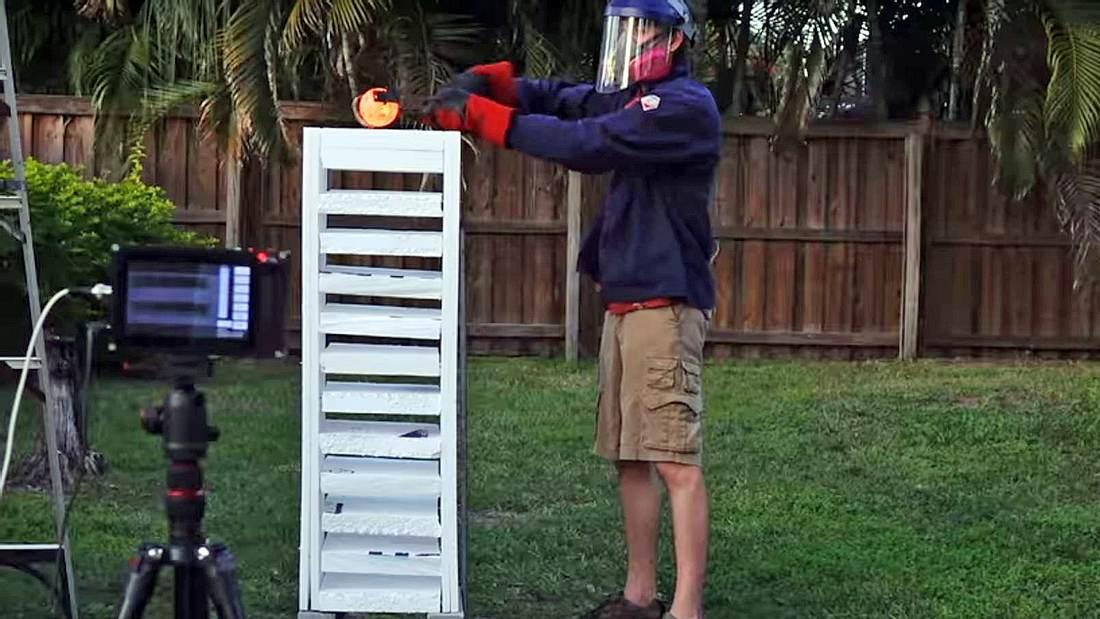 Heißes Experiment des Backyard Scientist: Glühender Eisenball vs. Styropor-Turm