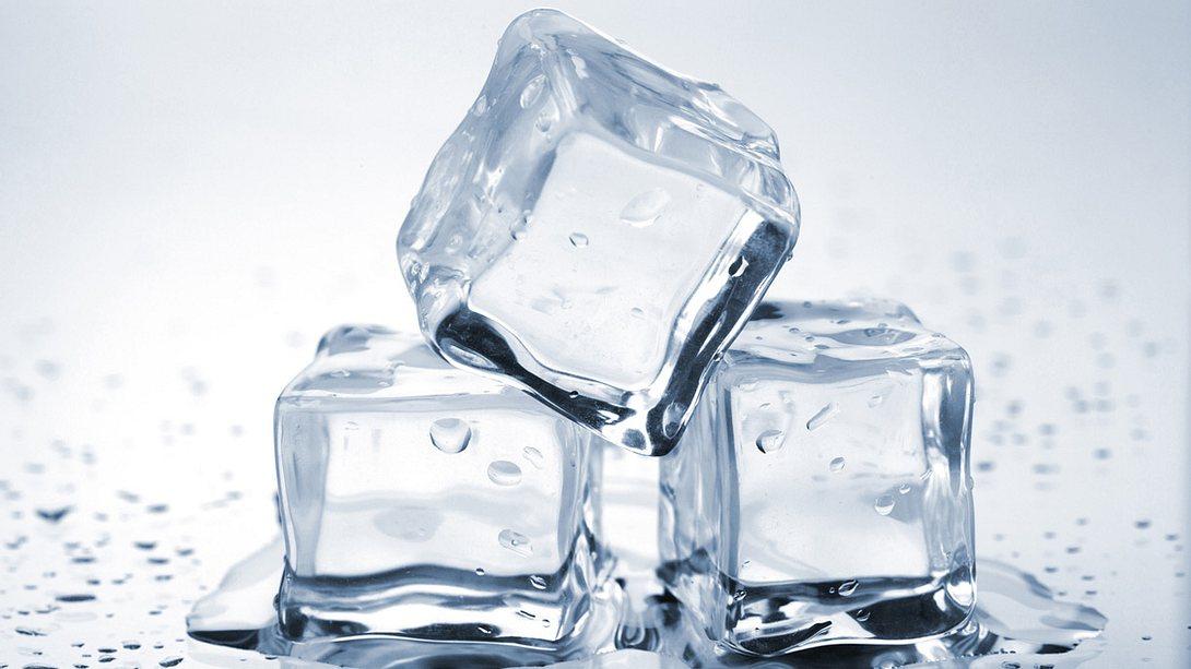 Kristallklare Eiswürfel - Foto: karandaev