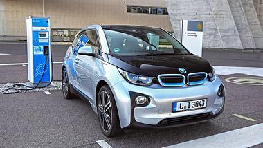 Elektroauto (BMW i3) an Ladestation - Foto: iStock / Tramino