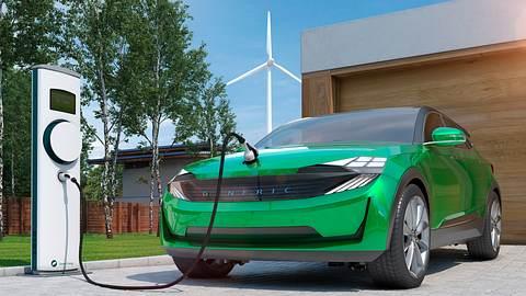 Elektroauto wird geladen - Foto: iStock / Sven Loeffler