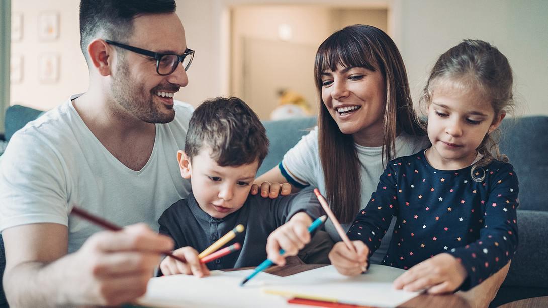 Eltern spielen mit ihren Kindern - Foto: iStock / pixelfit