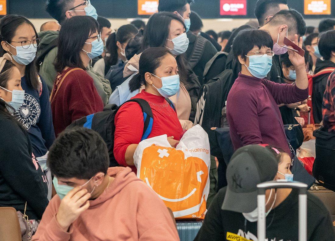 Menschen mit Mundschutz