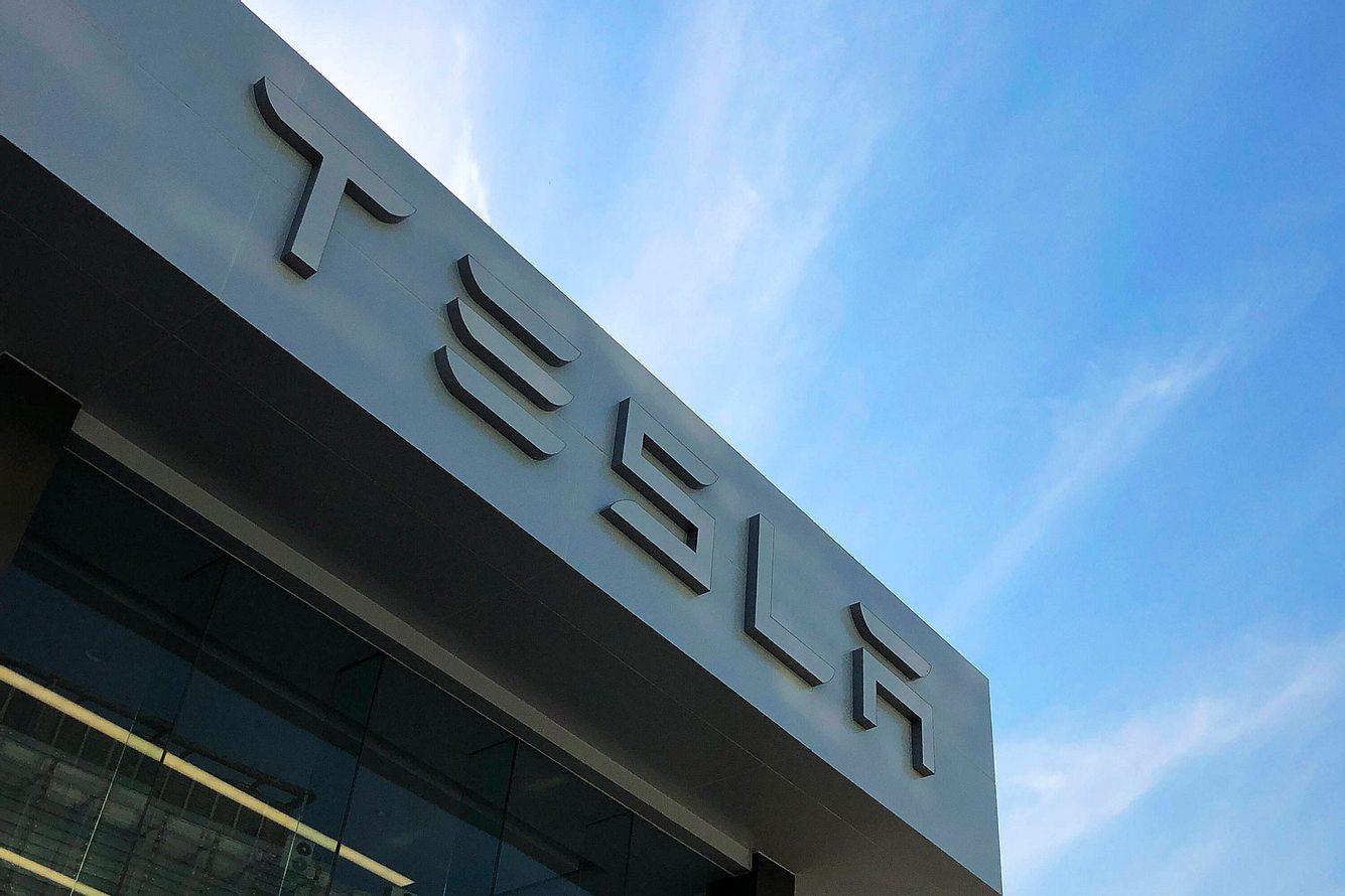 Tesla-Schriftzug auf Gebäude