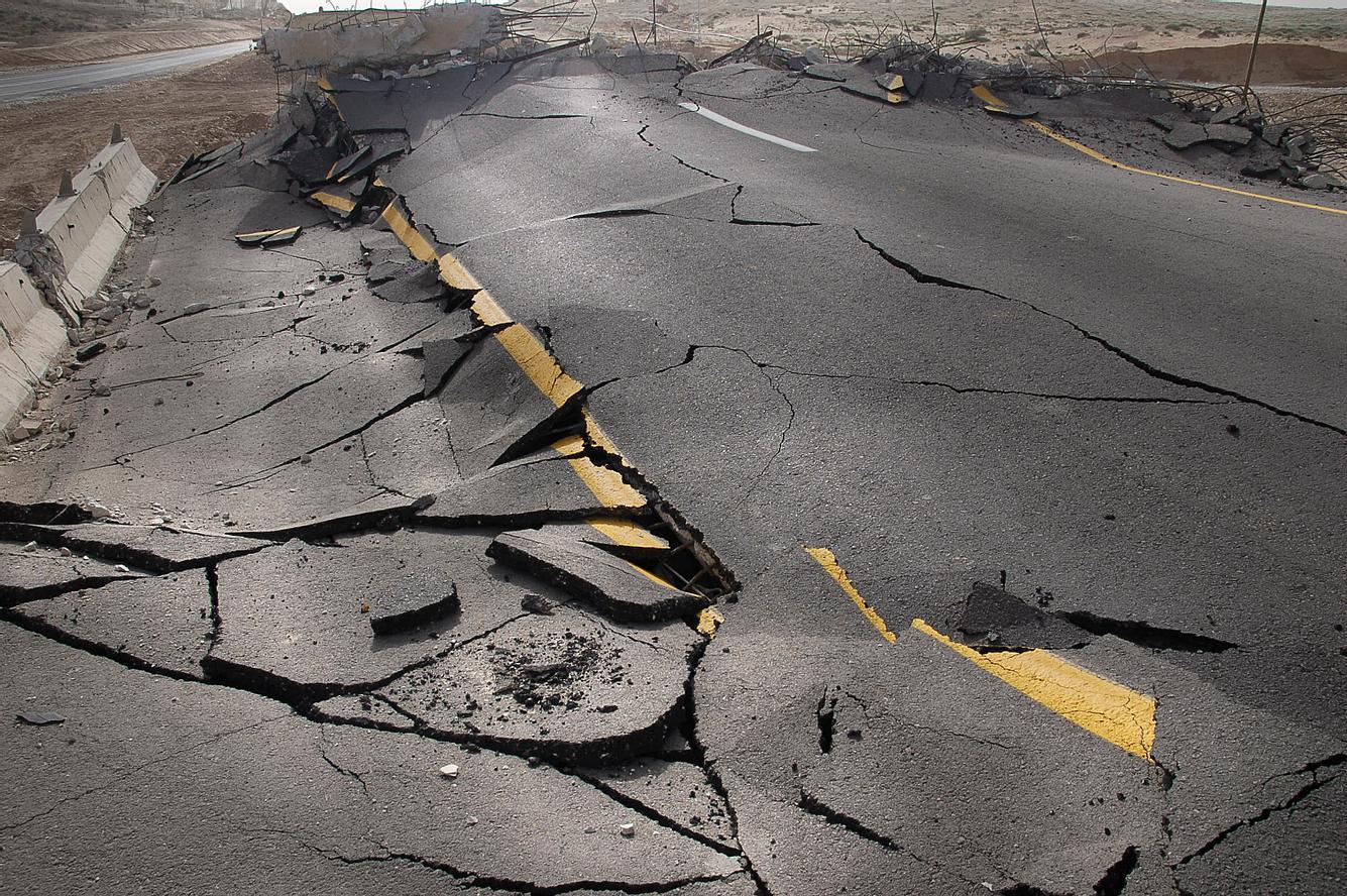 Gebrochener Asphalt nach Erdbeben