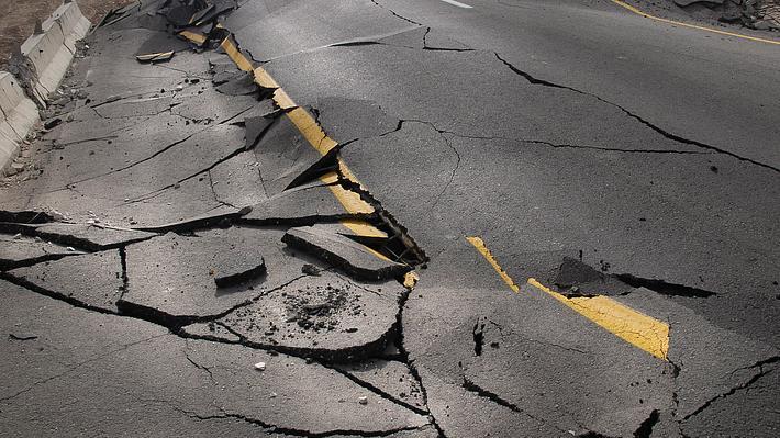 Gebrochener Asphalt nach Erdbeben - Foto: iStock / SDubi