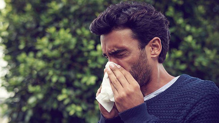 Mann leidet unter den Folgen einer Erkältung