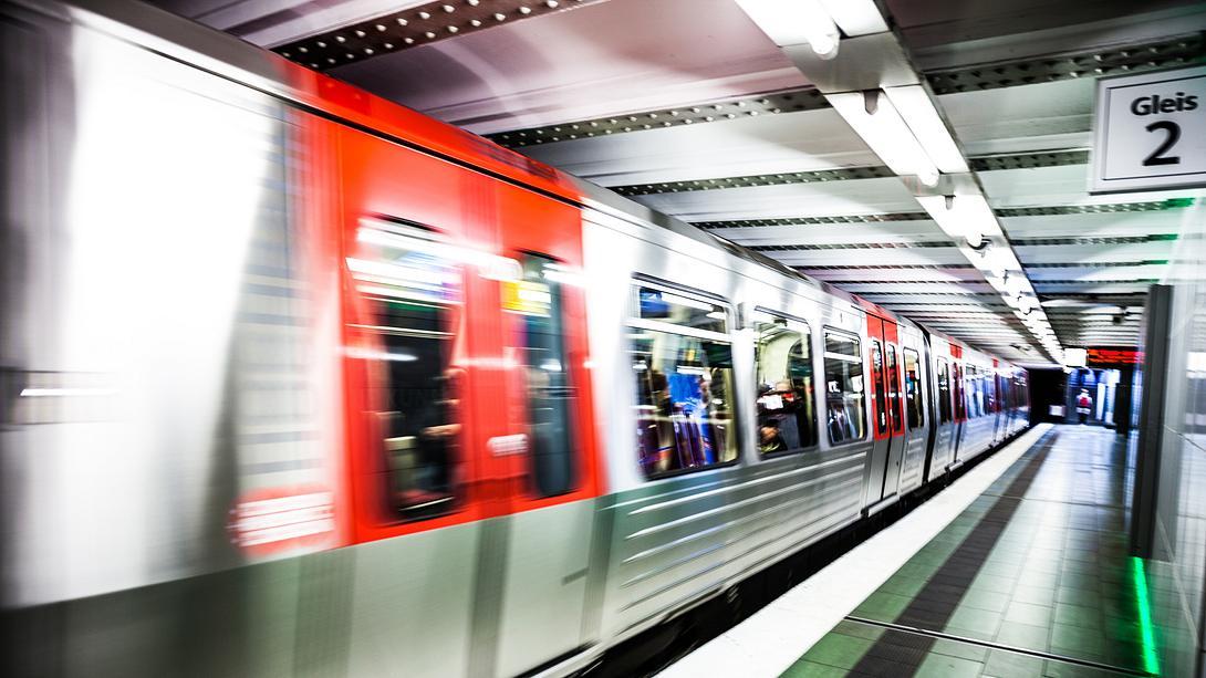 Hamburger U-Bahn - Foto: iStock/LeoPatrizi
