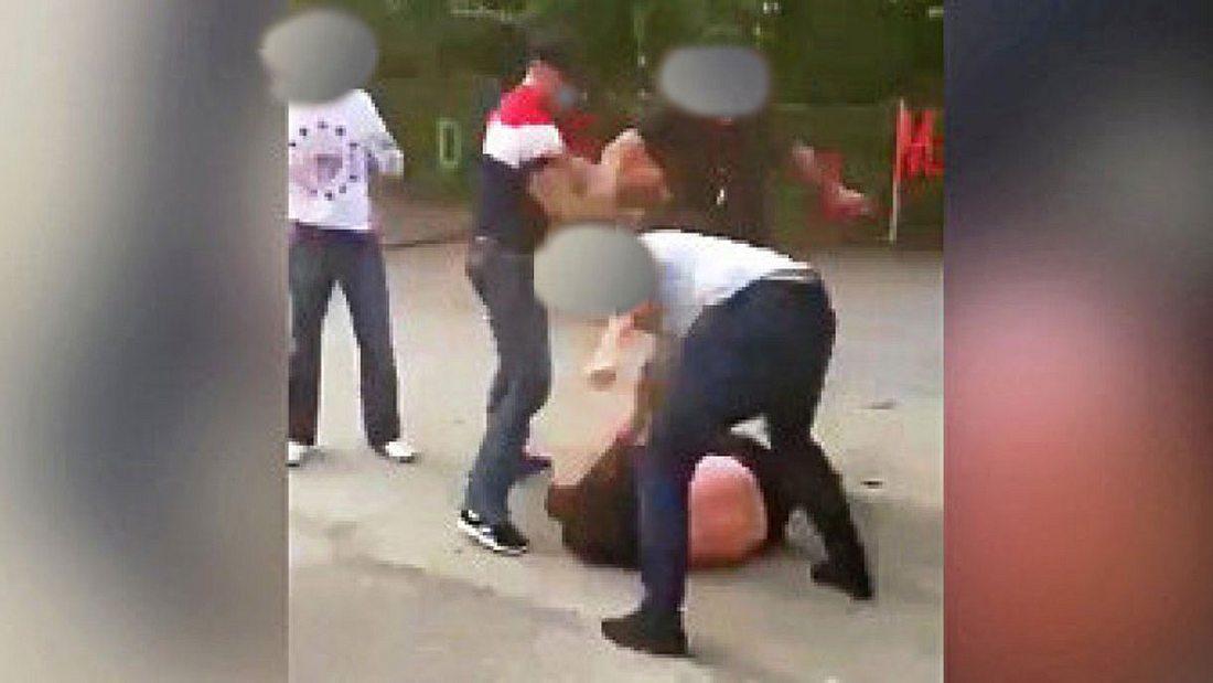 Ein Standbild aus dem Handy-Video zeigt das Opfer wehrlos am Boden liegend