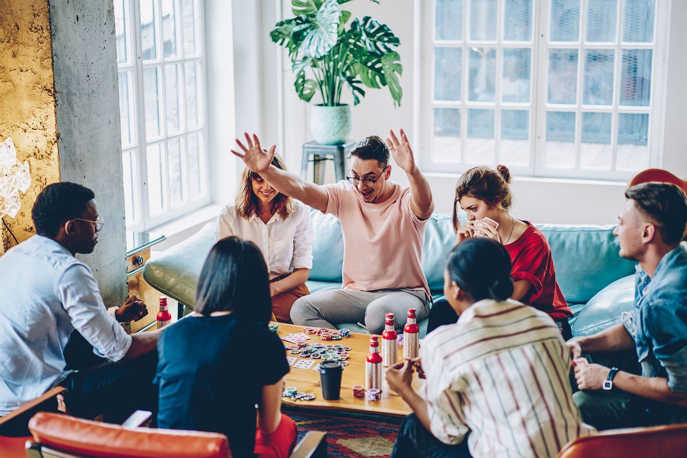 Eine Runde an Leuten spielt ein Gesellschaftsspiel