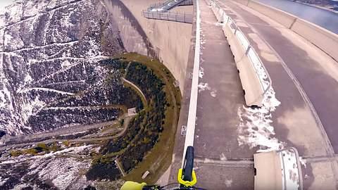 Am Abgrund: Biker fährt über Geländer auf 200-Meter-Damm