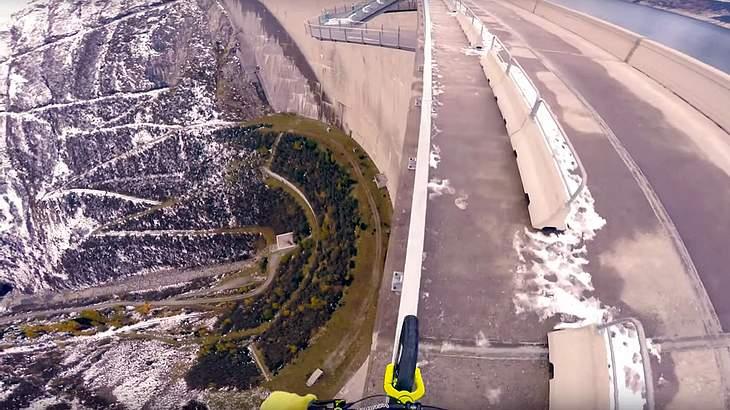 Fabio Wibmer ist mit einem BMX über die 200 Meter hohe Kölnbreinsperre gefahren