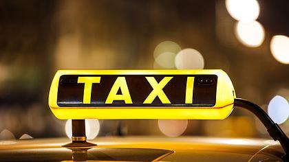 Taxi-Schild - Foto: iStock/mbbirdy