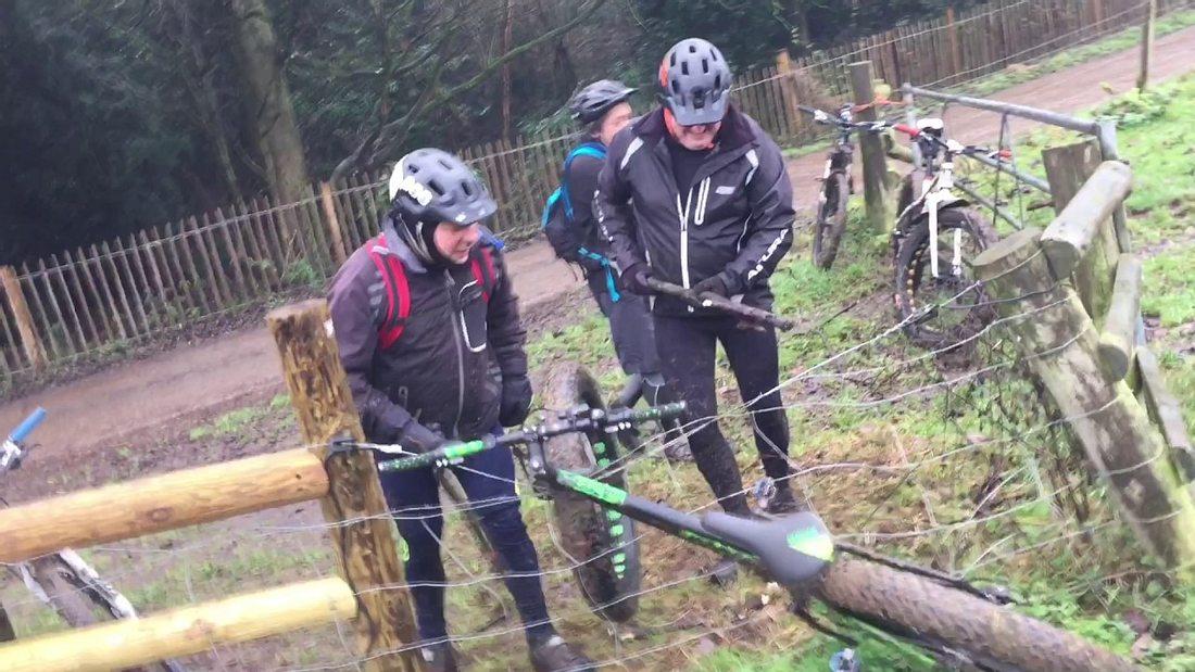 Episches Duell um ein Fahrrad: 3 Männer gegen 1 Elektrozaun