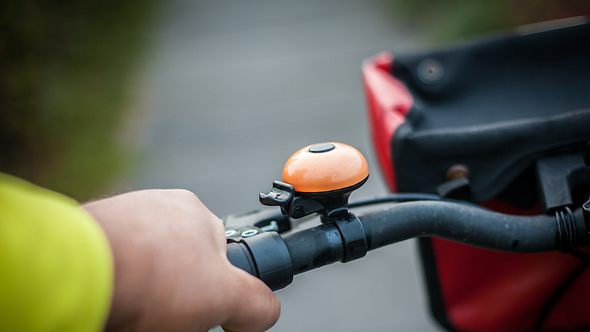 Jemand hat an seinem Fahrrad eine Lenkertasche befestigt - Foto: iStock/Helmut-Seisenberger