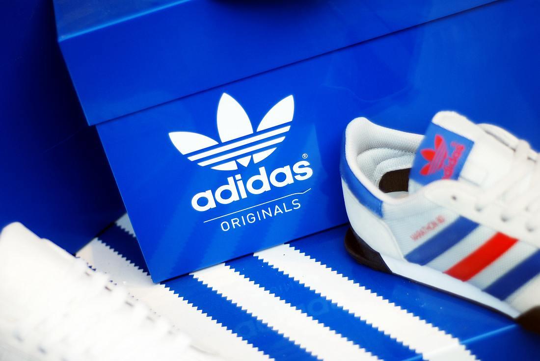 Blauer Schuhkarton mit Adidas-Logo