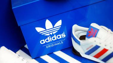 Blauer Schuhkarton mit Adidas-Logo - Foto: iStock / ilbusca